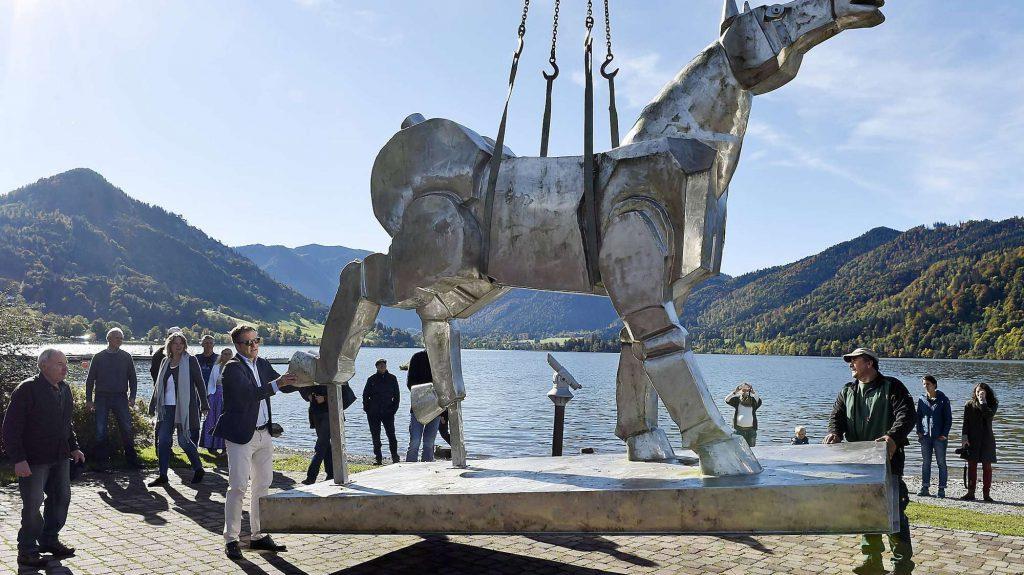 773764631-monumentalpferd-skulptur-kurpark-schliersee-Mp5TwoUryIG